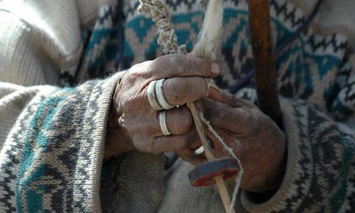 Quechua_woman_handspinning