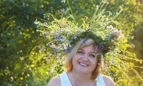 wildflower wreath__woman_smiling